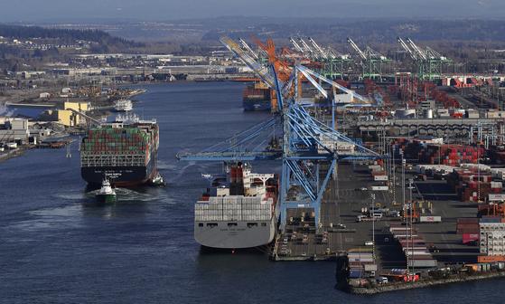 미국 서부 워싱턴주에 있는 타코마만 항구에 대형 컨테이너선이 정박해 있다. 지난해 미국의 상품무역 적자는 사상 최고치를 기록했다. [AP=연합뉴스]