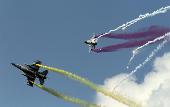 KF-16 전투기가 급선회 비행을 하고 있다. [중앙포토]