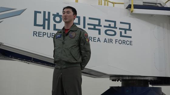 """KF-16 전투기 조종사 이상철 대위는 '대부분 임무는 6G 상황, 공대공 임무는 9G 상황에 직면한다""""며 조종사 어려움을 토로했다. [영상캡처 공성룡 기자]"""