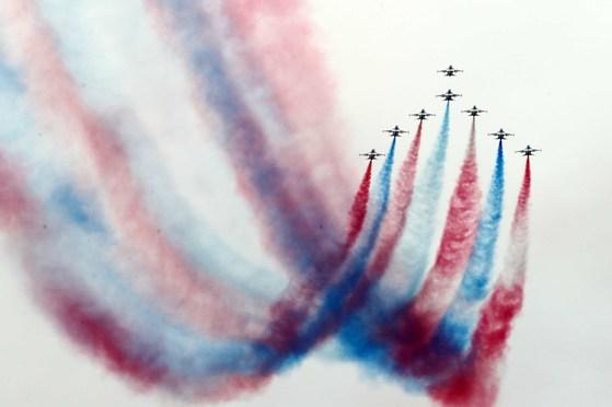 공군 특수비행팀 '블랙이글스'가 급상승 공중기동을 하고 있다. [중앙포토]