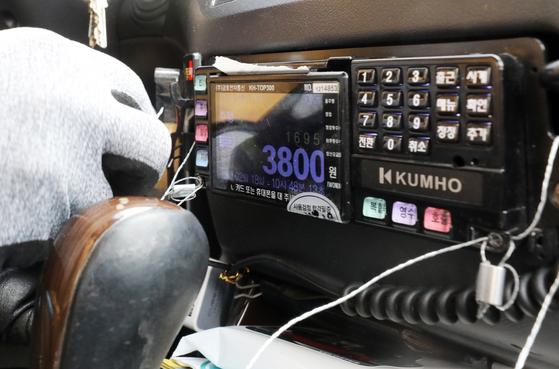 인천시 중형택시 기본요금이 9일부터 기존 3000원에서 3800원으로 인상된다. [뉴스1]