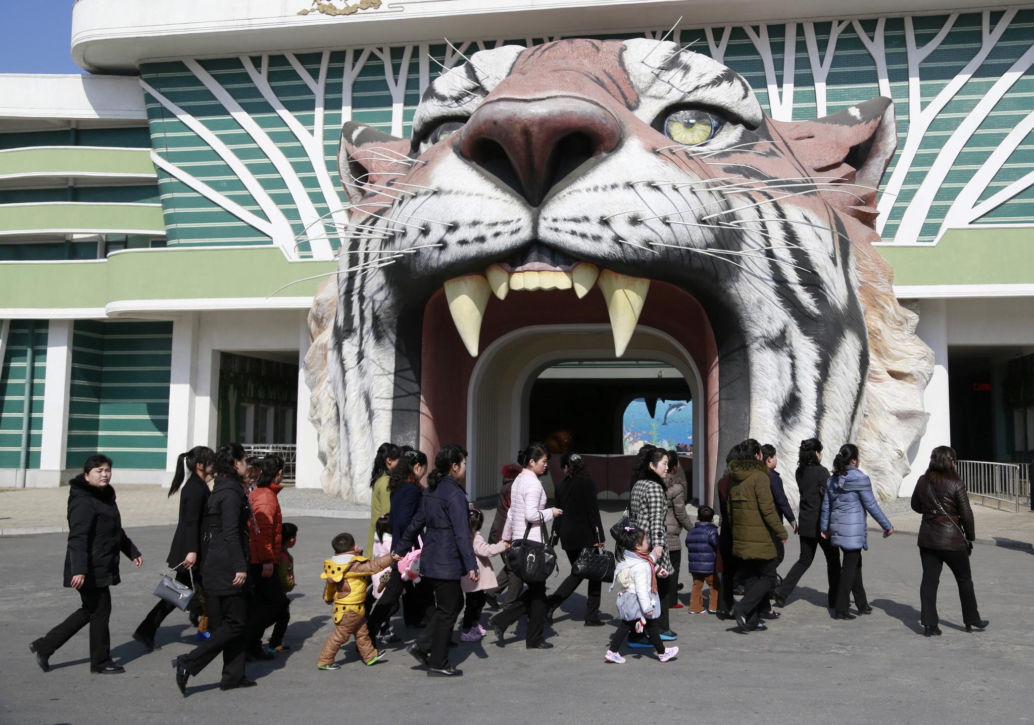 평양시민들이 공휴일인 8일 평양 중앙동물원으로 나들이를 하고 있다. [AP=연합뉴스]