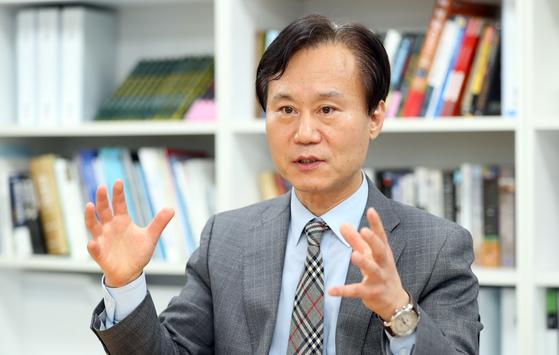 박진(55) 원장은 KDI에서 오랫동안 경제정책을 연구해왔다. 그는 입법부 산하 미래연구기관은 여야 중립적이며 장기적인 미래전략을 하기에 적합한 구조를 가지고 있다고 말한다. [변선구 기자]