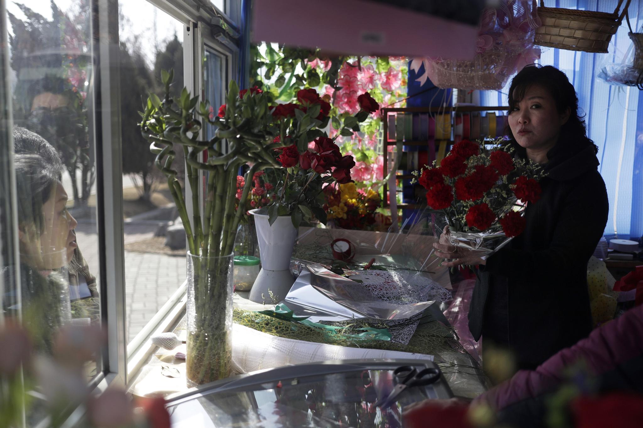 '국제부녀절'을 맞아 선물용 꽃다발을 준비하는 평양의 꽃집. [AP=연합뉴스]