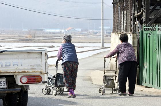 지난 22일 의성군 금성면에서 고령자 2명이 보행기를 끌고 마을을 나서고 있다. 의성 군민 평균 연령은 56세로 전국 42.1세보다 14세 높다. 프리랜서 김성태