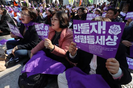3월 8일 세계 여성의 날을 맞아 여러 행사가 진행된 가운데 광화문에서는 '탈 연애 선언' 행사가 진행됐다. [서울=뉴시스]