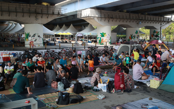 폭염이 계속된 지난해 8월 15일 서울 마포대교 아래에서 시민들이 더위를 식히고 있다. [연합뉴스]