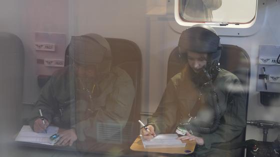 '저압실비행 훈련'을 위해 만들어진 챔버에 들어가면 고고도 환경을 느껴볼 수 있다. 호흡기를 벗고 2분이 지나자 혈중 산소 포화도는 57% 로 떨어졌다. [영상캡처 공성룡 기자]