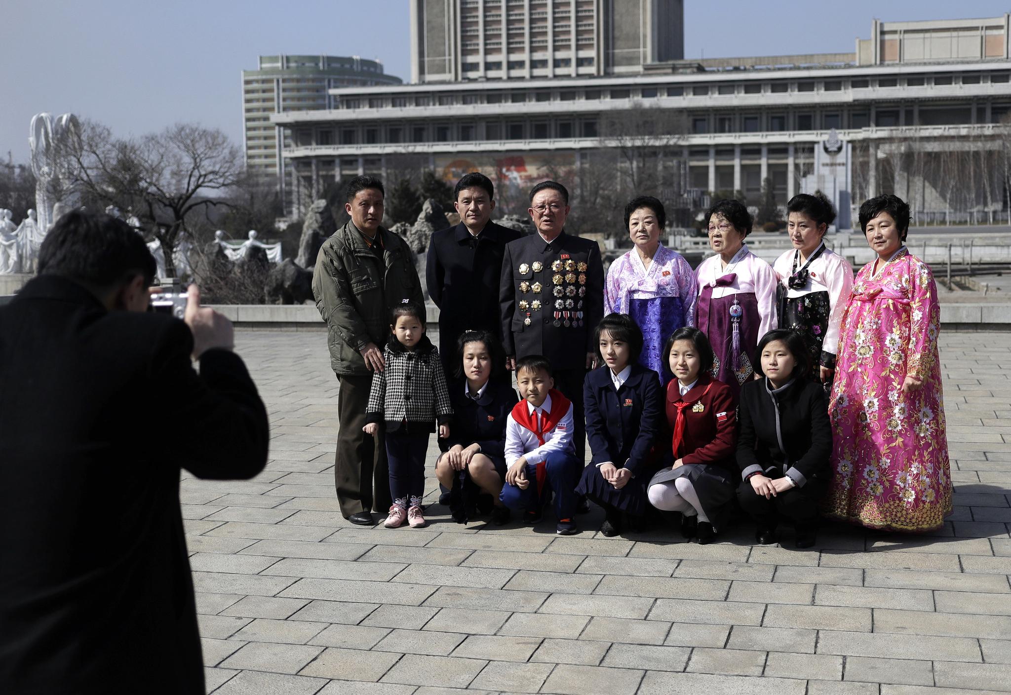 한 평양 가족이 공휴일인 국제부녀절(세계여성의 날)을 맞아 시내 나들이를 하며 기념촬영을 하고 있다. [AP=연합뉴스]