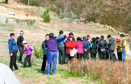 운석이 떨어진 경남 진주시 미천면 오방마을의 2014년 3월 모습. 운석을 찾으려는 외지인의 발길이 이어졌다. [중앙포토]