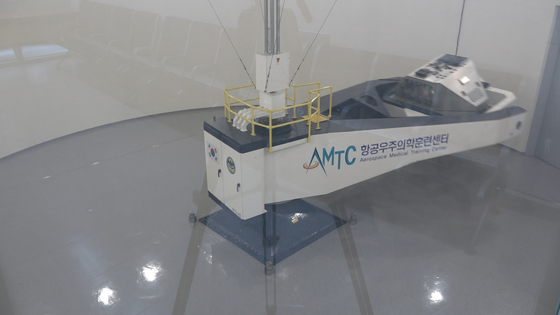 훈련장비(ATFS-400)가 빠른 속도록 360 회전하면 중력이 올라간다. [영상캡처 공성룡 기자]