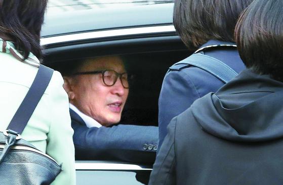 6일 구속된지 349일 만에 보석으로 풀려난 이명박 전 대통령이 차량에 탑승해 서울 송파구 동부구치소 정문을 나서며 지지자들과 인사하고 있다. [연합뉴스]