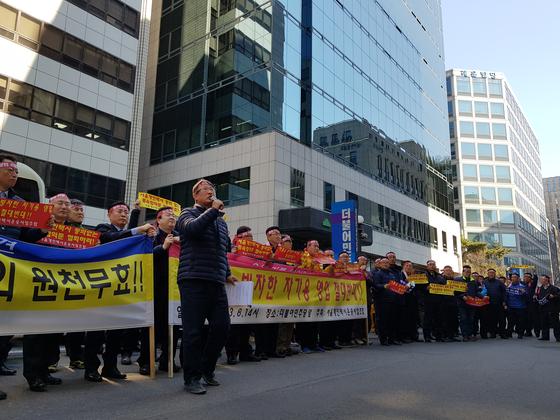 8일 오후 2시 서울 영등포구 더불어민주당사 앞에 모인 서울 개인택시 기사들이 출퇴근 시간 카풀 서비스를 허용하기로 한 합의에 반발하며 기자회견을 하고 있다. 편광현 기자