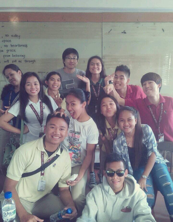 필리핀 파운데이션 대학교 학생들과 수업 후 즐거운 한 때. 맨 오른쪽 손짓하고 있는 사람이 콘텐트 커뮤니티의 성공사례 반영주 씨. [사진 이승범]