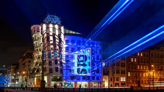 삼성전자가 8일 세계 70여개국에서 갤럭시S 10을 출시했다. 사진은 체코에서 출시를 앞두고 프라하의 춤 추는 건물에서 진행중인 '갤럭시S 10'의 레이저 광고 모습. [사진 삼성전자]