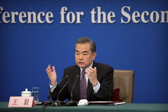 왕이(王毅) 중국 국무위원 겸 외교부장이 8일 중국 베이징 미디어센터에서 기자회견을 하고 있다.[AP=연합뉴스]