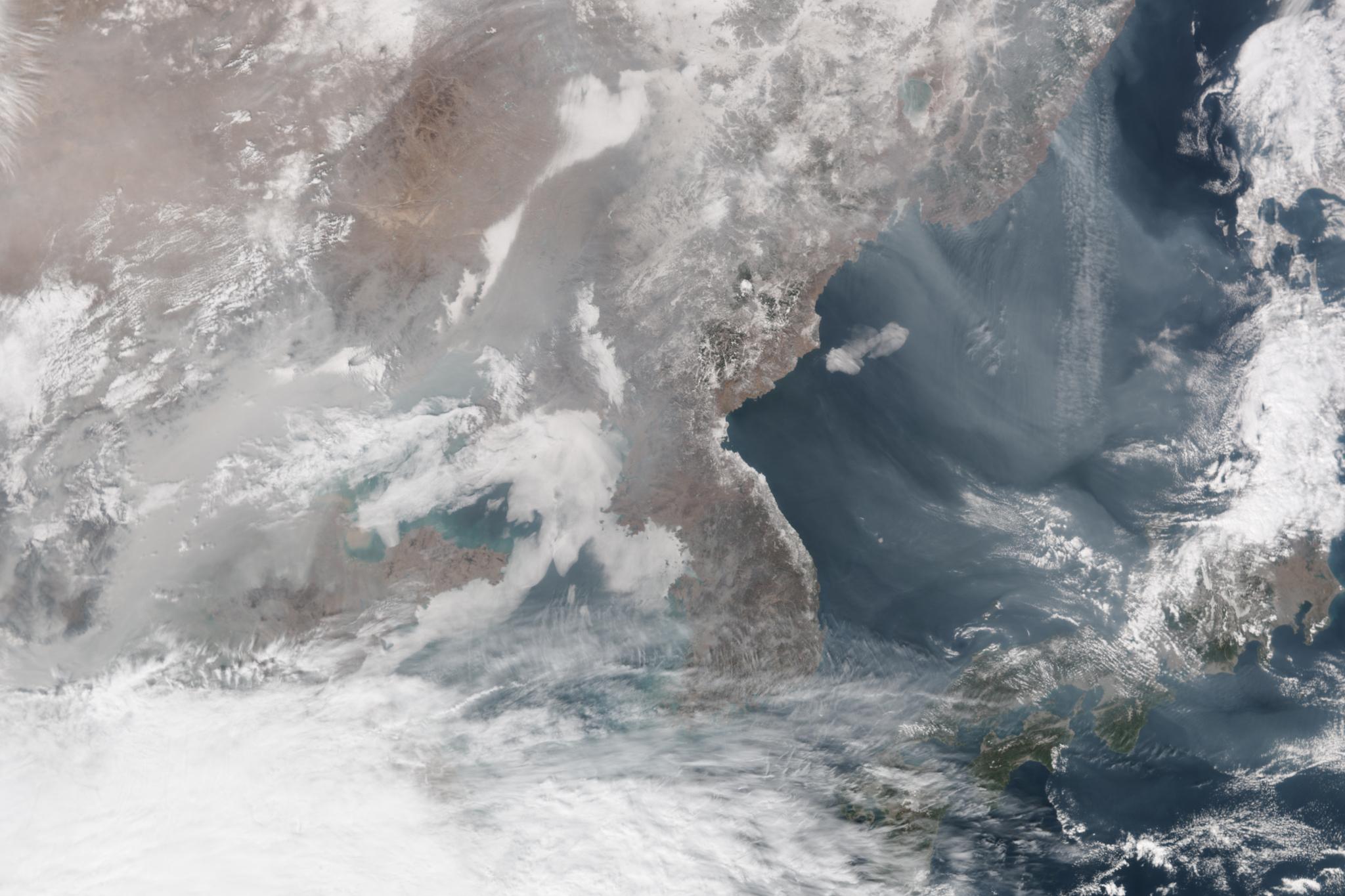 2014년 2월 25일 촬영한 사진. 오염물질이 한반도를 지나 동해까지 뒤덮고 있다.