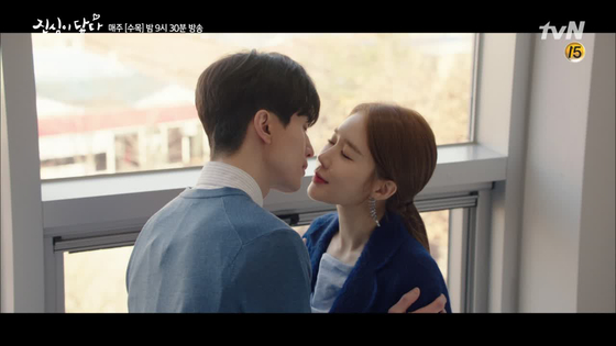 '진심이 닿다'에서 변호사와 비서로 다시 만났다. 스릴 넘치는 사내 연애를 만끽하고 있는 모습. [사진 tvN]
