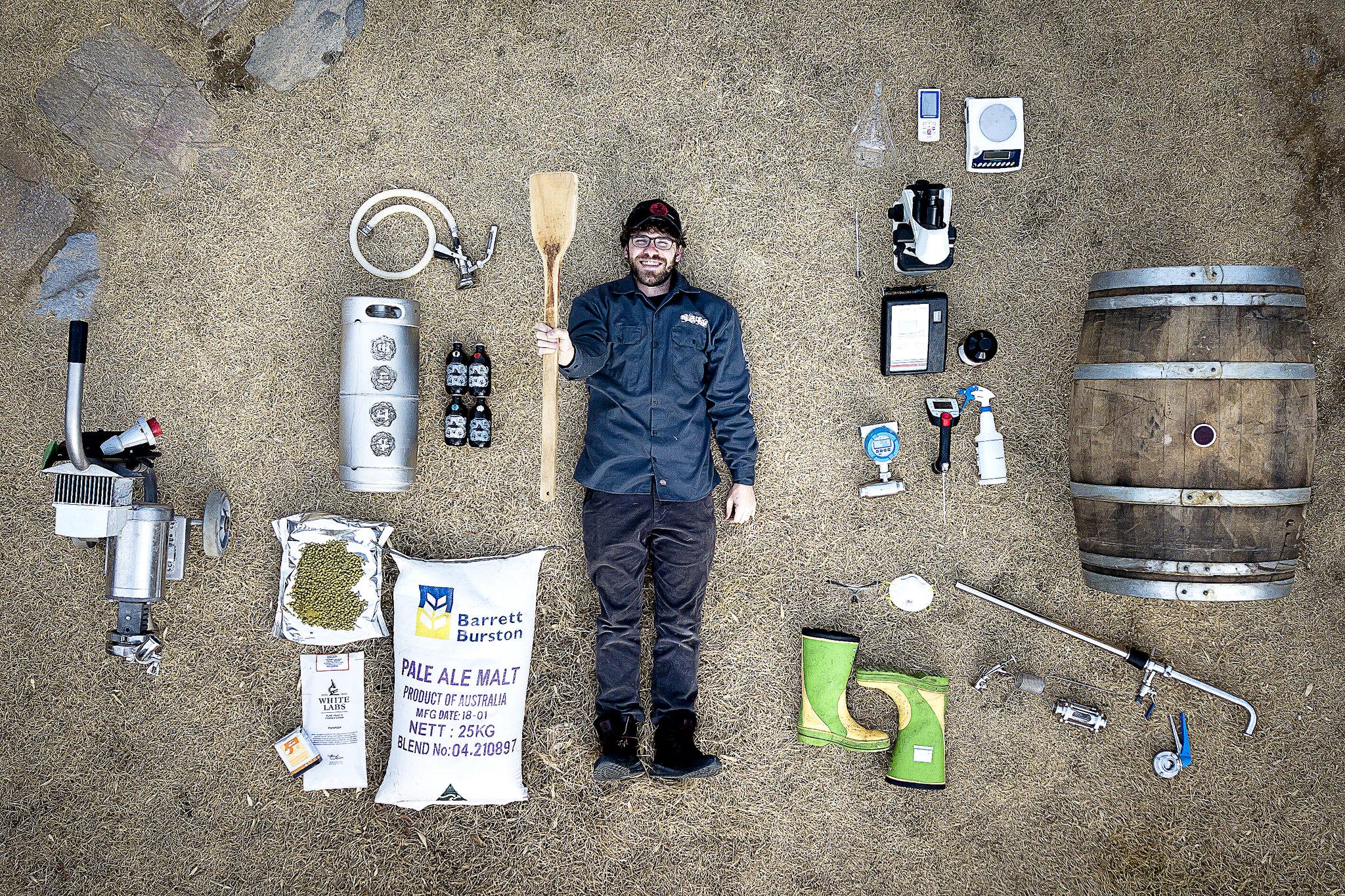 버드나무 브루어리의 수석양조사 필립 랭크모어를 맥주원료, 양조 도구들과 함께 촬영했다. 장진영 기자