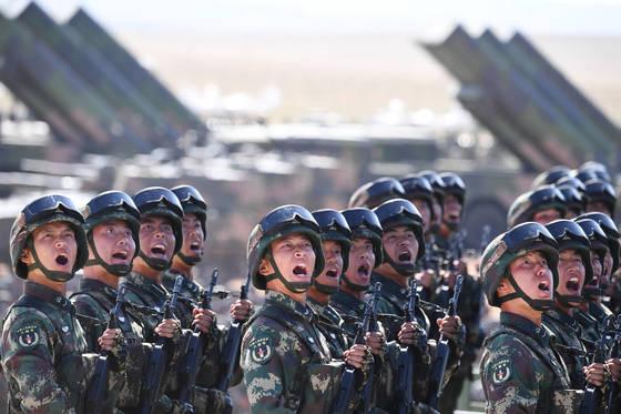 열병식에 등장한 중국 인민해방군이 사열대 앞을 지나고 있다. [사진 Xinhua=연합뉴스]