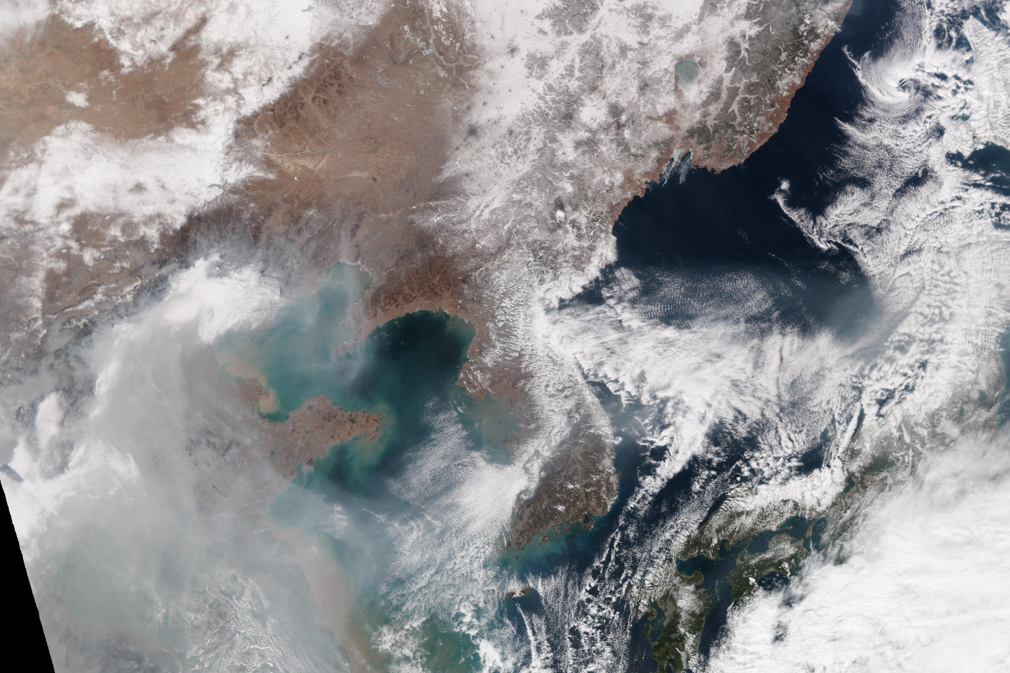 2014년 2월 20일 NASA가 촬영한 인공위성 사진, 오염물질이 대부분 중국에 머물러 있다.