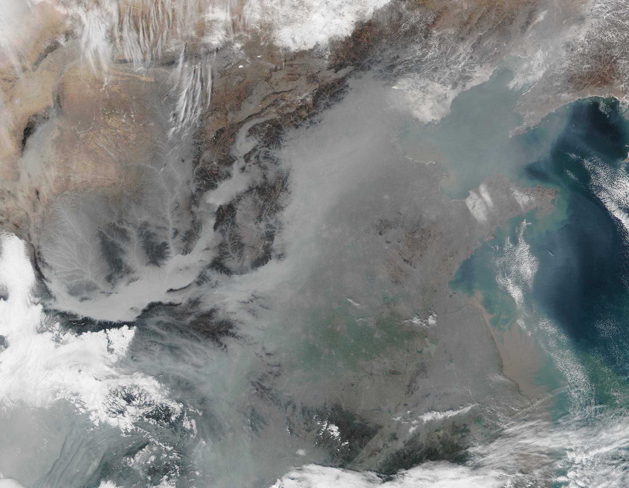 2017년 1월 25일에 촬영한 사진. 중국 베이징이 짙은 스모그로 덮여 있음을 볼 수 있다. [사진 NASA]