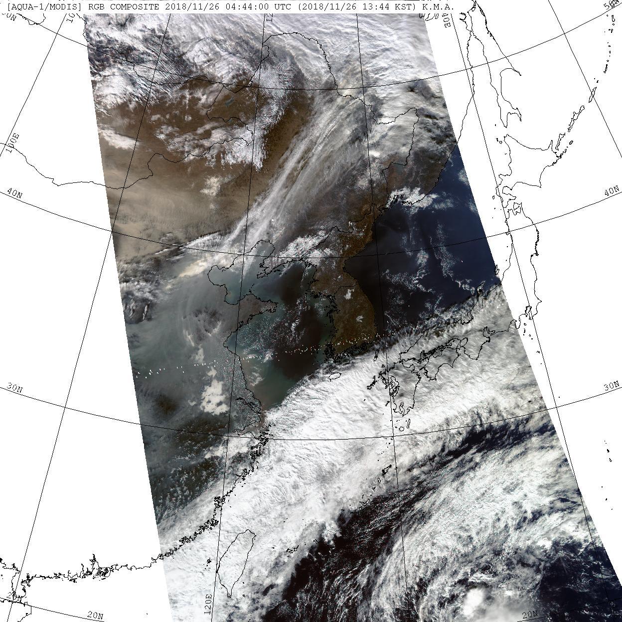 지난해 11월 26일 미 항공우주국 테라/아쿠아 위성사진. 왼쪽 위에는 황사 먼지가, 베이징과 산둥반도 주변에는 짙은 스모그가 보인다. 반면 한반도 상공은 미세먼지 없이 청정하다. [사진 기상청 홈페이지]