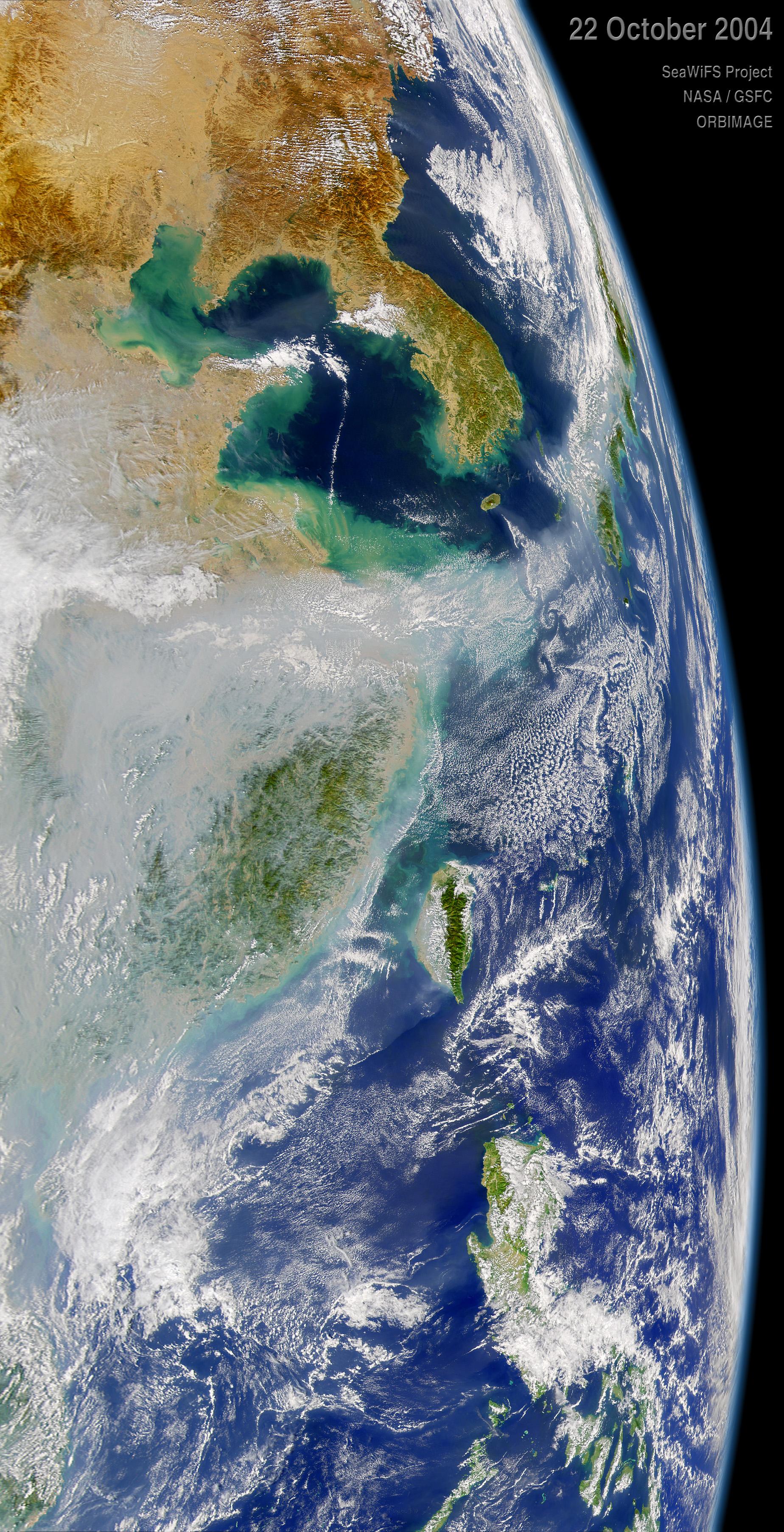 2004년 10월 22일 미 항공우주국(NASA) 인공위성이 촬영한 한반도 주변. 중국 남부에서 발생한 오염물질이 제주도 남쪽을 지나 일본에 영향을 주고 있다. [사진 NASA]