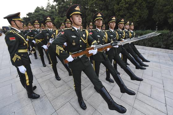 지난해 중국 인민해방군 의장대가 행진하고 있다. [EPA=연합뉴스]