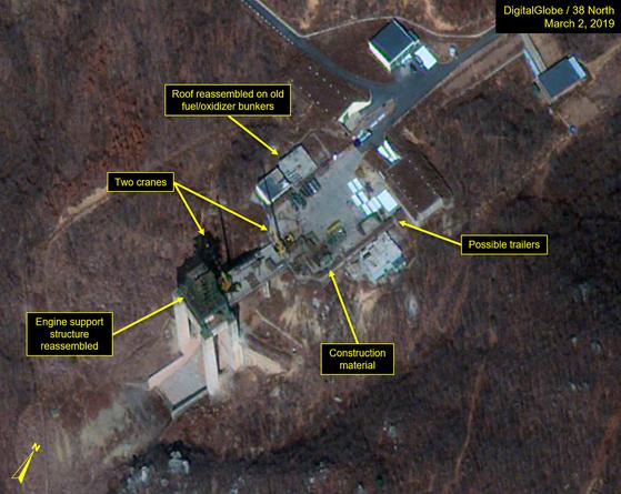 미국의 북한 전문 사이트 38노스가 최근 북한의 서해 미사일발사장 재건 움직임을 포착했다며 제시한 위성사진. 미사일발사장 엔진시험대에서 포착된 2대의 크레인. 엔진 지지 구조물이 다시 조립 중이며 건설 자재가 주위에 흩어져 있다. 새로운 지붕도 연료·산화제 저장 벙커 위에 설치됐다.