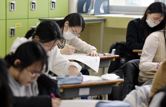 올해 첫 고교 모의고사인 3월 전국 연합학력평가가 7일 오전부터 전국 고등학교 1~3학년 학생을 대상으로 실시됐다. [중앙포토]