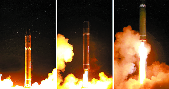 북한이 지난달 29일 평양 인근에서 실시한 화성-15형 미사일 발사장면을 공개했다. [평양 조선중앙통신]  [국내에서만 사용가능. 재배포 금지. For Use Only in the Republic of Korea. No Redistribution]