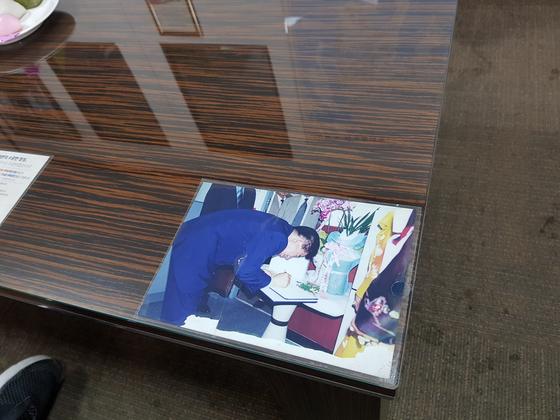6일 찾은 조경태 자유한국당 최고위원의 부산 사하을 지역사무실 책상 한 귀퉁이에 16대 총선 당시 조 의원의 출마를 축하하는 노무현 전 대통령의 사진이 꽂혀 있다. 성지원 기자