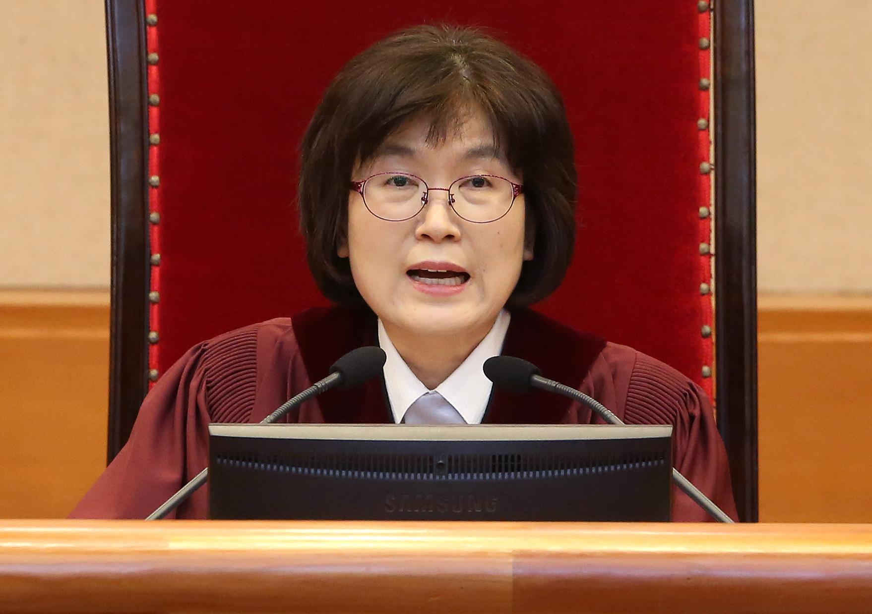 지난 2017년 3월 27일 오후 서울 종로수 헌법재판소에서 열린 박근혜 대통령 탄핵심판사건 최종변론기일에서 이정미 헌법재판소 권한대행이 변론을 진행하고 있다. [사진공동취재단]