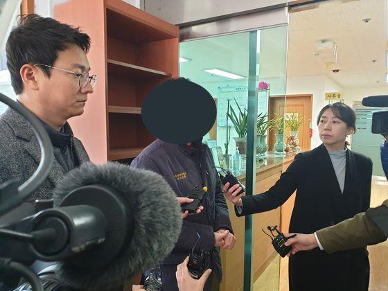 사건 발생 직후 양로원 관계자가 취재진의 질문에 답변을 하고 있다. 위성욱 기자