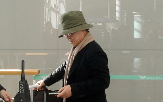 우윤근 주러시아대사가 지난해 12월 17일 인천국제공항을 통해 러시아로 출국하고 있다. [뉴스1]