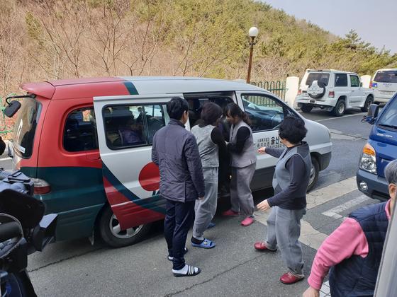 외출을 나갔던 노인들이 양로원으로 돌아오고 있다. 위성욱 기자