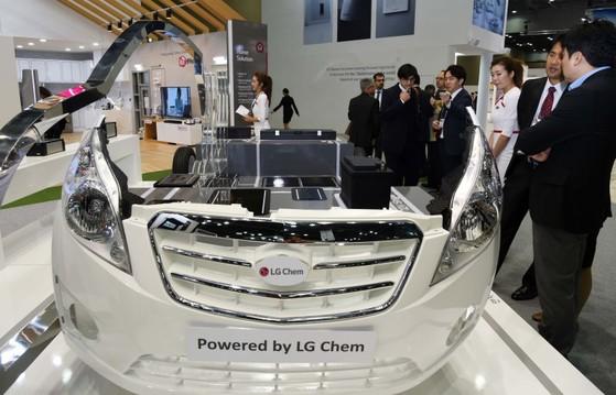 LG화학의 전기차용 배터리가 탑재된 자동차 모형. LG화학은 지난해 2차전지 분야에 약 8000억원 규모의 설비투자를 진행했다. [중앙포토]