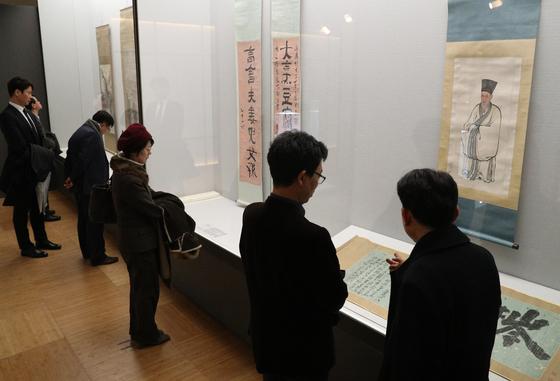 서울 중구 동대문디자인플라자(DDP) 디자인박물관에서 열린 3·1 운동 100주년 간송 특별전 '대한콜랙숀'에서 관람객들이 작품을 살펴보고 있다. [뉴스1]