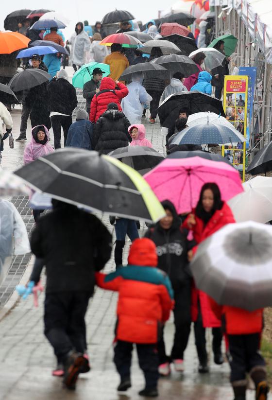 지난 9일 오후 '2019 제주들불축제'가 열리고 있는 제주시 애월읍 봉성리 새별오름에 봄을 재촉하는 비가 내리고 있다. [뉴스1]