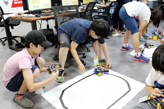 웹젠의 방과후 아카데미에서 학생들이 코딩을 놀이로 배우고 있다. [사진 웹젠]