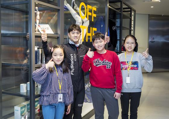 체험을 마친 학생기자들은 임승윤(왼쪽에서 두 번째) 수석코치를 만나 실내 스카이다이빙에 대한 궁금증을 풀어보는 시간을 가졌다.