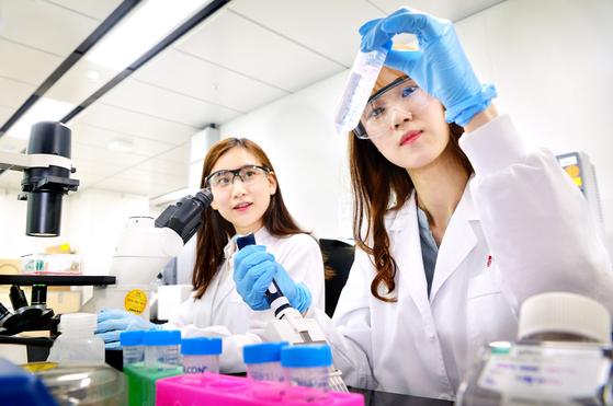 LG화학 생명과학사업본부 연구원들이 바이오분석을 수행하고 있다. 사진 LG화학