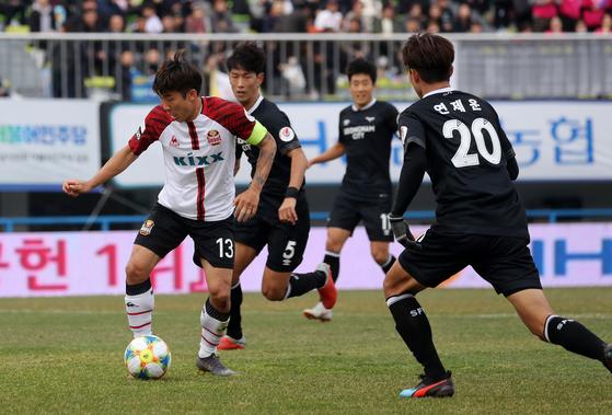 FC서울 주장 고요한이 10일 성남FC와 K리그1 경기에서 드리블을 시도하고 있다. [뉴스1]