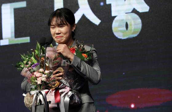 여자프로농구 우리은행 박지현이 11일 신인상을 수상한 뒤 눈물을 흘리고 있다. [뉴스1]
