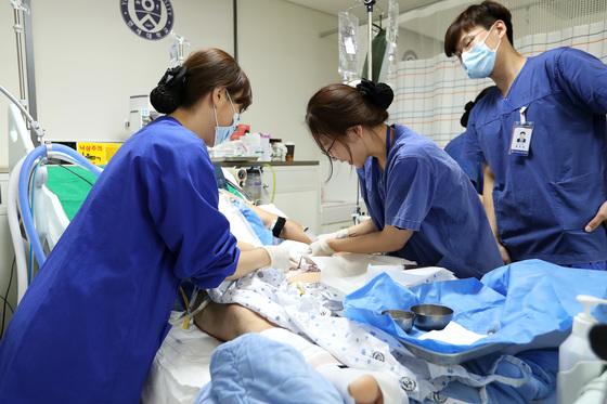 한밤중 중환자실에 긴급사태가 발생하면 위험하다. 특히나 경력 많은 의료진의 개입이 필요한 상황에서는 더욱 그렇다. (이 사진은 기사와 직접적인 관련이 없습니다.) [중앙포토]