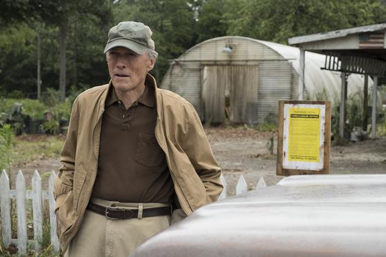 영화 '라스트 미션'. 2107년 현재의 얼(클린트 이스트우드)은 백합 농장이 망해 살던 집까지 압류당한다. [사진 워너브러더스 코리아]