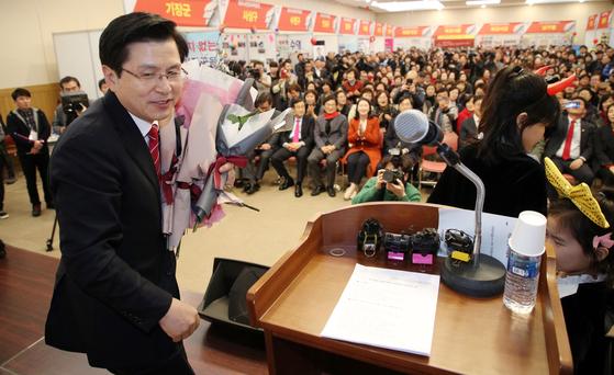 자유한국당 황교안 대표가 10일 오후 부산 해운대구 벡스코에서 열린 자유시민 정치박람회에서 꽃다발을 받은 뒤 단상을 오르고 있다. [연합뉴스]