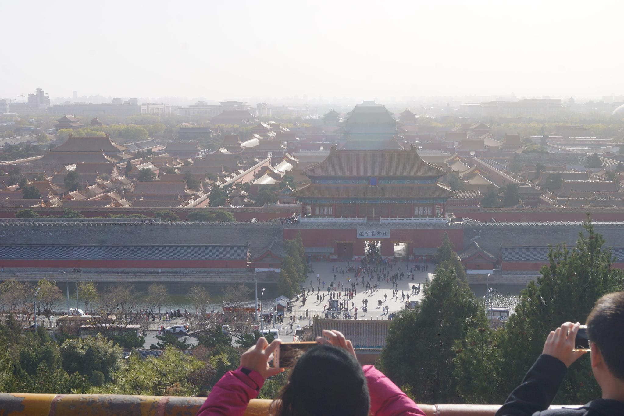 지난해 11월 27일 중국 베이징 징산공원에서 내려다본 자금성. 전날 극심했던 스모그는 걷혔지만 바람과 함께 황사 먼지가 하늘을 덮고 있었다. 베이징=강찬수 기자