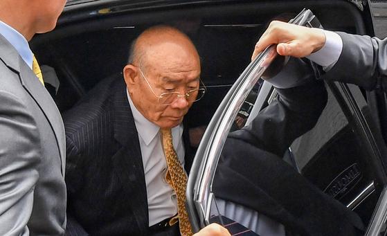 사자명예훼손 혐의로 재판에 출석이 예정된 전두환(88) 전 대통령이 11일 오후 광주 동구 지산동 광주지방법원에 도착해 차에서 내리고 있다. 장정필 프리랜서 기자